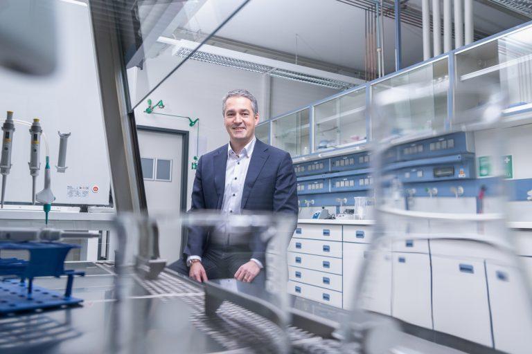 Prof. Niels C. Riedemann, CEO von InflaRx im Labor